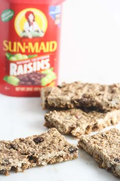 These Almond Oatmeal Raisin Bars are the perfect healthy snack for kids and adults! /explore/glutenfree/ http://www.laurenkellynutrition.com
