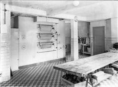 Interieur van Bakkerij H.J. van Eekeren (Notenbomenlaan 49) te Utrecht: bakkerij, met ovens, kneedmachine en kneedtafel.1942