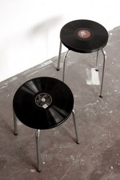 #Upcycling Hocker mit einer Sitzfläche aus Vinyl-Schallplatten /// Upcycling stool with a seat made of vinyl records