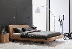Voor ledikant Denzo hebben wij weinig woorden nodig; zijn ontwerp spreekt voor zich! Dit wel heel bijzonder vormgegeven ledikant maakt je moderne slaapkamer compleet met zijn frisse uitstraling, dankzij het onbewerkte eikenhout. In zijn riante maat van 180x200cm kun je naar hartelust draaien tijdens je dromen.
