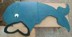 Ballena pintada en cartón. Se ha dejado espacio de la boca abierto pues se puede utilizar para recrear la historia bíblica de Jonás tragado por la ballena.
