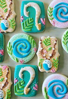 Para quem quer decorar com o tema de festa Moana — confira aqui as melhores ideias de decoração simples, mesas, bolos e muito mais. Moana Themed Party, Moana Birthday Party, Moana Party, Luau Birthday, Birthday Ideas, Cookies For Kids, Cute Cookies, Sugar Cookies, Cookies Et Biscuits