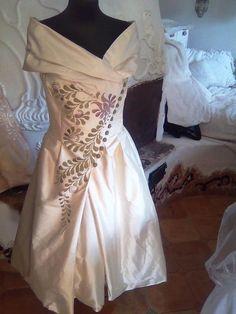 ÖRÖKsÉG.hu Hungarian Embroidery, Hand Embroidery, Neck Lines, Folklore, Hungary, One Shoulder Wedding Dress, My Style, Wedding Dresses, Girls