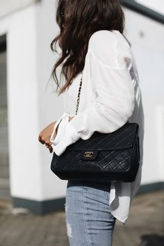 KNOTTED SLEEVES | Fiona from thedashingrider.com wears a white Mango blouse, DSTLD jeans, nude Zara pumps and a Vintage Chanel 2.55 bag | Petite Blogger | Style Blogger | Outfit
