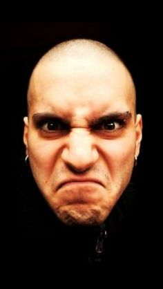 De emotie boos wil ik als gezichtsuitdrukking gebruiken in mijn masker. Ik heb deze foto gekozen omdat het gezicht een duidelijk gezichtsuitdrukking heeft