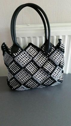 Chainmail Squares made from Soda can ring pulls stitched into a bag. Soda Tab Crafts, Can Tab Crafts, Free Crochet Bag, Crochet Purses, Crochet Top, Diy Crochet, Crochet Ideas, Pop Top Crafts, Pop Tab Purse