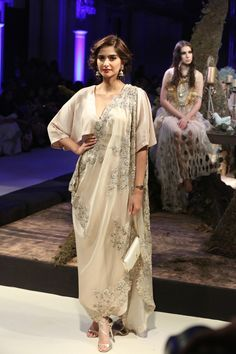 Delhi witnesses the of fashion gala at The FDCI Indian Couture Week 2016 from 20 july 2016 lined up with accomplished Fashion Designers at the Taj Palace, New… Indian Bridal Outfits, Indian Designer Outfits, Designer Dresses, Wedding Outfits, Pakistani Dresses, Indian Dresses, Indian Clothes, Stylish Dresses, Fashion Dresses