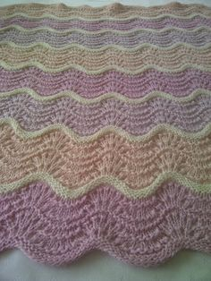 Baby teppe vognteppe havskum Knitted Blankets, Knitted Fabric, Baby Blankets, Crochet Stitches, Knit Crochet, Ripple Afghan, Stitch Patterns, Blanket Patterns, Baby Knitting