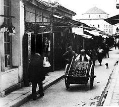 Ιστορίες από την παλιά Αθήνα    Πάμε... πλατεία - Γιατί η Πλατεία Μοναστηρακίου ονομαζόταν «Αμπατζήδικα» μετά την τουρκοκρατία. Η Πλατε...