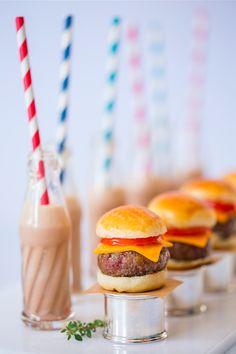 Burger & mini shake do Zest Kids Cheddar, Burger Party, Ideas Para Fiestas, Party Planning, Hamburger, Catering, Picnic, Deserts, Menu