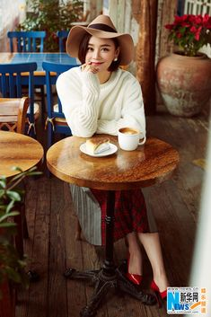 Elegant Yuan Shanshan releases new fashion shots | China Entertainment News