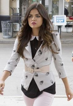 Pretty Little Liars - Aria Montgomery (Lucy Hale) Pretty Little Liars Aria, Pretty Little Liars Outfits, Pretty Little Liars Seasons, Pretty Little Lairs, Ropa Aria Montgomery, Gossip Girl, Carrie Bradshaw, Fashion Tv, Fashion Outfits