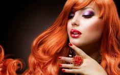 Capelli lunghi con frangia e una pettinatura mossa, colore rosso fuoco in abbinamento al trucco e agli accessori