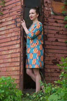 Kolorowa, wzorzysta sukienka z rękawkami 3/4 inspirowana latami 60. XX wieku…