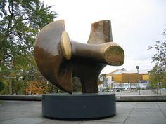 Bidirecional parte nº 2 (nome oficial). Conhecida também como Um Arco ou Arco. Bronze. 1964-1965). Henry Moore (1898-1986). Encontra-se na área externa da Galeria Nacional Neue em Berlim, Alemanha. Peso: 2,5 toneladas. Comprimento: 340 cm. Altura: 325 cm.  Fotografia: Bengt Oberger.