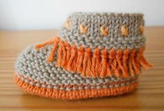 Tuto syning til frynsede babysko. Knit Baby Shoes, Crochet Shoes, Crochet Slippers, Baby Booties, Baby Slippers, Knitting For Kids, Baby Knitting Patterns, Crochet Patterns, Baby Moccasin Pattern