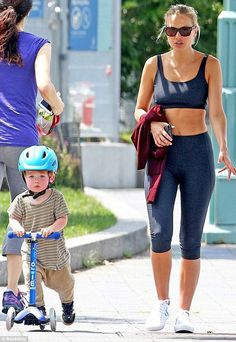 Now THAT'S a post-baby body! She is days away from turning but Lara Worthington (née Bingle) could be mistaken for being a decade younger Celebrity Workout, Celebrity Style, Lara Worthington, Post Baby Body, Capsule Outfits, Model Look, Best Husband, Blue Leggings, Business Women