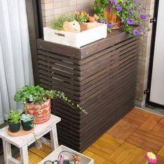 お家の周りをモダンな雰囲気に変えてくれる、ボーダーの室外機カバーです。和洋を問わず、さまざまなテイストに合わせやすいデザインです。