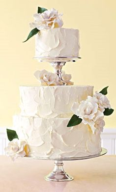 I love the top tier being separate to the bottom tiers on this wedding cake!