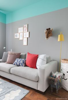 Quarto de brincar tem parede cinza, teto verde água, sofá cinza e almofadas coloridas. Colourful Living Room, Paint Colors For Living Room, Room Colors, House Colors, Room Wall Painting, Girl Bedroom Walls, Decoration, Cheap Home Decor, Colorful Interiors