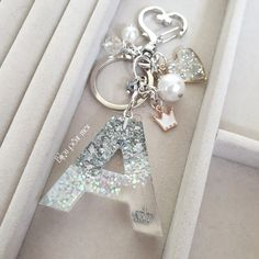 Diy Resin Art, Diy Resin Crafts, Jewelry Crafts, Diy Resin Keychain, Keychain Ideas, Keychains, Resin Jewelry Tutorial, Diy Crafts Love, Cricut Monogram