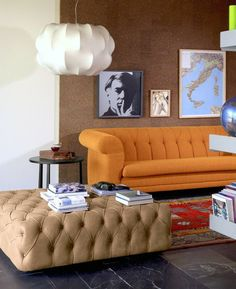 pouf géant capitonné, sofa orange et photographie artistique