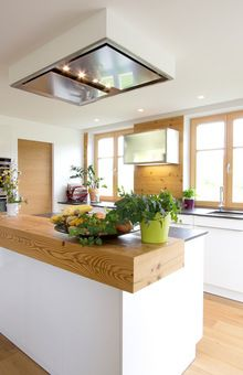 Kochinsel mit Altholzbar und Deckenlüfter Kitchen island with old wood bar and ceiling fan Wood Bars, Decor, Building A House, Living Room Decor Country, Ceiling Fan, Old Wood, Ceiling Fan In Kitchen, Fireplace Decor, Kitchen Inspirations