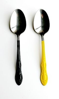 colorful silverware project :) all you need is metal primer spray paint, painters tape and a sandwich bag. Oh and silverware Diy Vernis, Diy Projects To Try, Craft Projects, Craft Ideas, Painted Spoons, Paint Dipping, Diy Casa, Diy Inspiration, Creation Deco