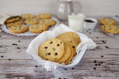 Amerikanische Cookies sind groß, außen knusprig und innen zart. Ich habe hier die Basis-Version mit backfesten Schokoladenstücken: die original Chocolate Chip Cookies.