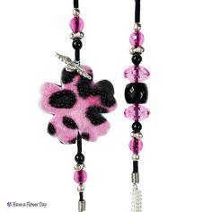 Collar rosa y negro con flores de fieltro, cuentas, ante y cadena. Bisuteria fieltro. Collar tela. Collar kawaii. Collar flores. UNIA #05.