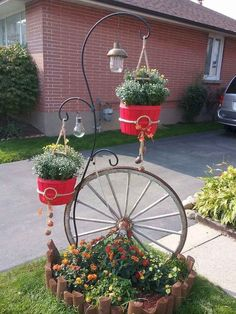 DIY Fall Home Decorating Idea. Makeover simple apple baskets into decorative DIY fall planters for your home with this seasonally inspired fall home decorating craft project. Upcycle those apple baskets for the cutest planter idea! Garden Yard Ideas, Garden Crafts, Diy Garden Decor, Garden Projects, Garden Junk, Diy Projects, Garden Bed, Balcony Garden, Outdoor Projects