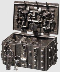 Маленький сейф из Нюрнберга, 1540 год. Размер 16 x 10 x 9,5 см.