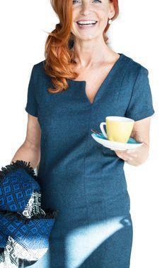 Deze elegante jurk straalt pit uit dankzij de speciale halslijn. Maak dit aanpassende model in een stevige stof en hij flatteert elk figuur. Maak nu!