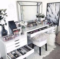 En mi cuarto me gustaría tener un móvil muy grande con un espejo luminoso dónde poner todos los maquillajes y los productos de belleza. Aquí me puedo preparar por la mañana delante de salir de casa o por la tarde delante de ir al restaurante o a una fiesta.