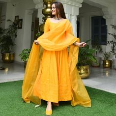 Best Trendy Outfits Part 11 Shadi Dresses, Pakistani Dresses Casual, Indian Gowns Dresses, Indian Fashion Dresses, Dress Indian Style, Pakistani Dress Design, Indian Designer Outfits, Pakistani Mehndi Dress, Indian Dresses For Women