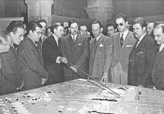 Enrique del Moral mostrando la maqueta de Ciudad Universitaria al entonces presidente de México Miguel Alemán Valdés; también presentes Mario Pani y Augusto Álvarez, Marzo de 1947.