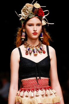 Dolce & Gabbana Spring 2019 Ready-to-Wear Fashion Show Details: See detail photos for Dolce & Gabbana Spring 2019 Ready-to-Wear collection. Look 45 Older Women Fashion, Office Fashion Women, Curvy Fashion, Fashion Black, Womens Fashion, Dolce Gabbana, Classic Style Women, Women's Fashion Dresses, Fashion Hats