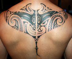 Raie Manta Maori tatoué sur le Dos d'un Homme par Louison