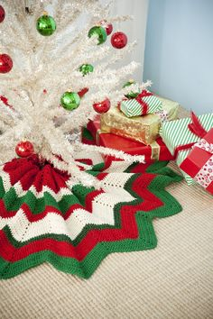 Tree Skirt Roundup - Holiday Crafting Support Group Free pattern for crocheted tree skirtFree pattern for crocheted tree skirt Christmas Afghan, Christmas Crochet Patterns, Crochet Christmas Ornaments, Holiday Crochet, Christmas Knitting, Christmas Skirt, Crochet Ideas, Christmas Projects, Holiday Crafts