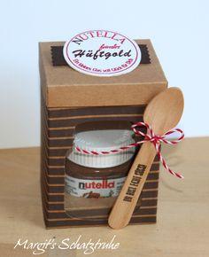 Kürzlich habe ich mir ein paar Mini Nutella Gläser bestellt. Man kann sie einfach süß verpacken und z.B. bei Geldgeschenken als kleine Beigabe verschenken! … … Die Holzlöffelchen hatte …