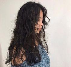 Wavy Hair Perm, Long Curly Hair, Korean Wavy Hair, Black Hair With Highlights, Chunky Highlights, Caramel Highlights, Blonde Highlights, Titanium Hair Straightener, Medium Hair Styles