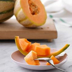 Melon  Melon (pH 6.1) is good for acid reflux. However, as with bananas, a small percentage (1% to 2%) of those with acid reflux need to avoid it.     Also included in the good-for-reflux category are honeydew, cantaloupe, and watermelon.