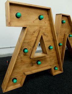 letras madera y luz