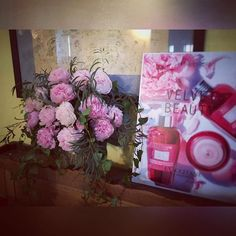Pivoine pour L'Occitane ! #dual #dualevents #lesgarconscreateurs #yesdual #echipapedundal #voila #paeonias #pink www.yesevents.ro Gift Wrapping, Photo And Video, Pink, Gifts, Instagram, Atelier, Peony, Paper Wrapping, Rose