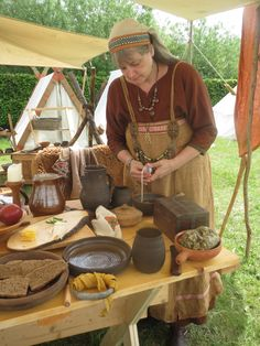 Viking Bed, Viking Garb, Viking Reenactment, Viking Woman, Vikings Live, Norse Vikings, Viking Kitchen, Medieval Recipes, Period Living