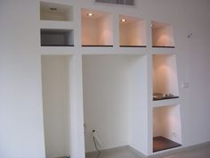 Creation bibliotheque meuble en placoplatre Tv Wall Decor, Room Decor, Bedroom False Ceiling Design, Bathroom Medicine Cabinet, Living Room Designs, Indoor, Shelves, House, Ranger
