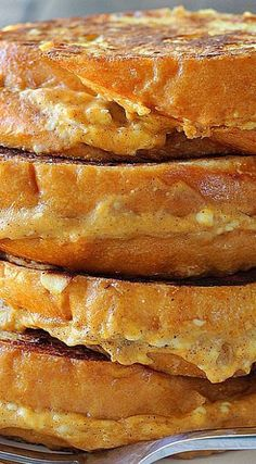 This pumpkin cream cheese french toast is a fun way to celebrate pumpkin season! With a cheesy pumpkin filling and all french toast flavors . What's For Breakfast, Breakfast Items, Breakfast Dishes, Breakfast Recipes, Breakfast Casserole, Hacks Cocina, Pumpkin Cream Cheeses, Cheese Pumpkin, Muesli