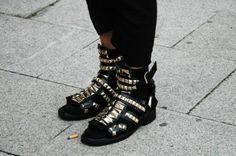 Givenchy Menswear Spring/Summer 2010 | Gladiatorsandalen met studs. Bekijk de tutorial op ADDICTEDTODIY en maak ze zelf! (foto: Jak & Jill)