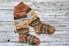 Sisko Malisen taidokkaat kantarellisukat tulivat ET:n syksyn villasukkakilpailussa toiselle sijalle. Katso tästä sukkien ohje! Knitting Socks, Fingerless Gloves, Arm Warmers, Plaid Scarf, Knit Crochet, Winter Hats, Sewing, Patterns, Tights