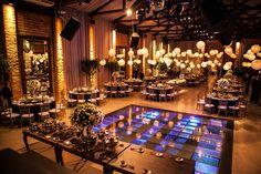 O salão principal recebeu lanternas japonesas, que contrastavam com as toalhas pretas usadas nas mesas dos convidados.
